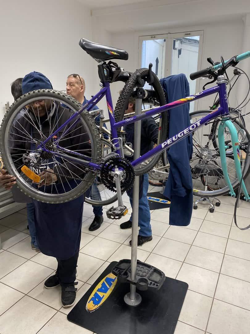 Photo d'un vélo en réparation par un stagiaire CFRP