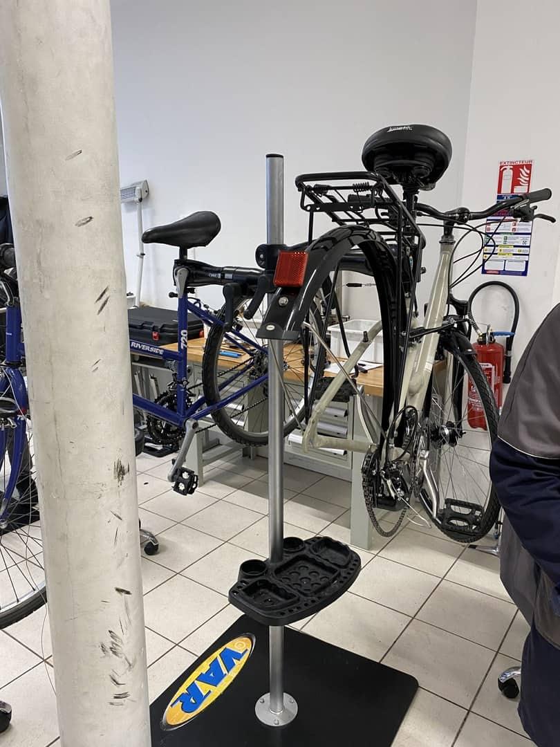 Photo d'une vélo en réparation