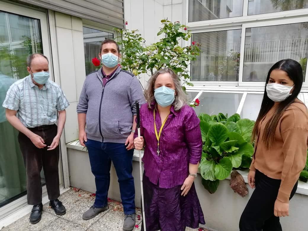 Yosra, Sandra, Anthony et Yannick debout et masqués